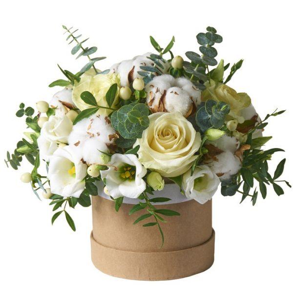 caja de carton con flores blancas