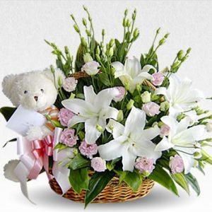 Cesta con flores y peluche