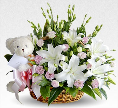 Cesta de flores blancas con osito para bebé