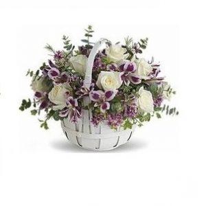 Cesta con rosas blancas