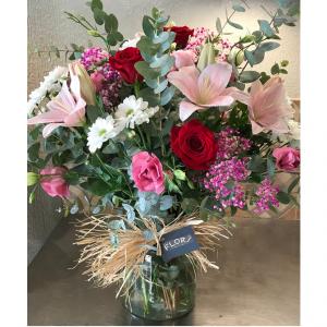 Flores variadas con rosas y jarrón