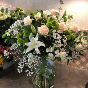 Rosas y flores silvestres con jarrón