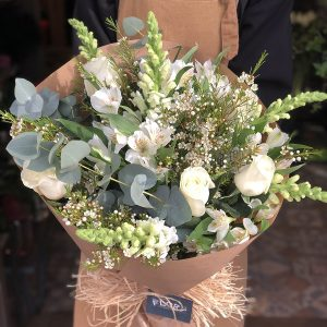 Silvestre con rosas blancas